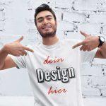 Junger Mann zeigt auf sein T-Shirt Druck von TeeFarm