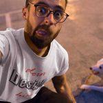 Junger Mann macht ein Selfie mit einem weissen personalisierbaren T-Shirt von TeeFarm