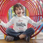 Junge mit personalisierbarem T-Shirt von TeeFarm Schweiz