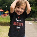 Junge mit schwarzem T-Shirt Druck