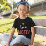 Mädchen trägt schwarzes T-Shirt zum personalisieren TeeFarm Schweiz