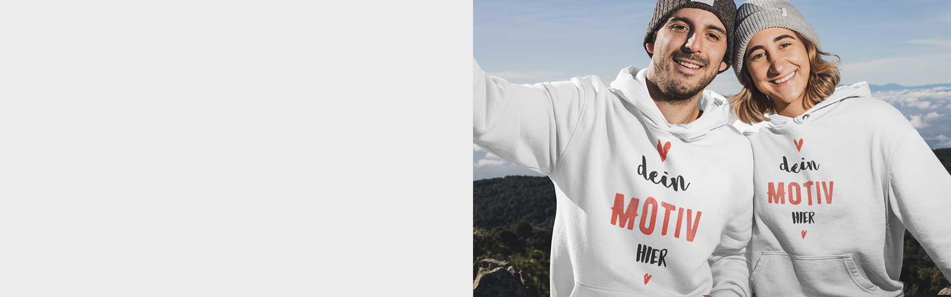 Zwei Freunde in den Bergen mit bedruckbarem Pullover