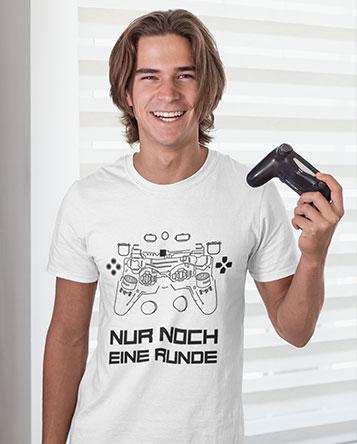 Junger Mann mit einem Geek Gamer T-Shirt