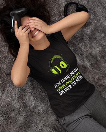 Junge Geek Frau mit einem Gamer T-Shirt
